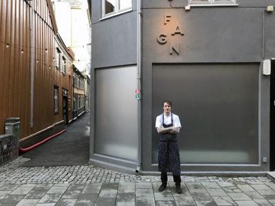 Jonas A. Nåvik foran Fagn restaurant